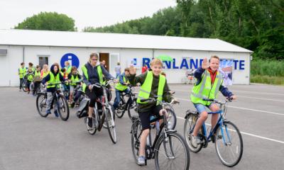 Fietsende kinderen bij het informatiecentrum RijnlandRoute
