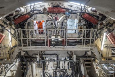 Een lid van het tunnelteam in de tunnelboormachine Gaia