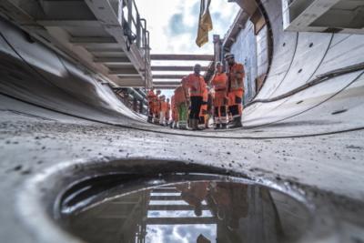 Het tunnelteam met reflectie in het water