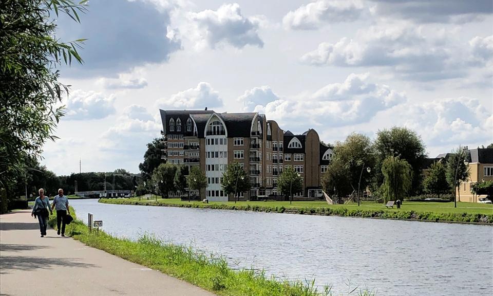 Wandelend koppel langs het Rijn-Schiekanaal