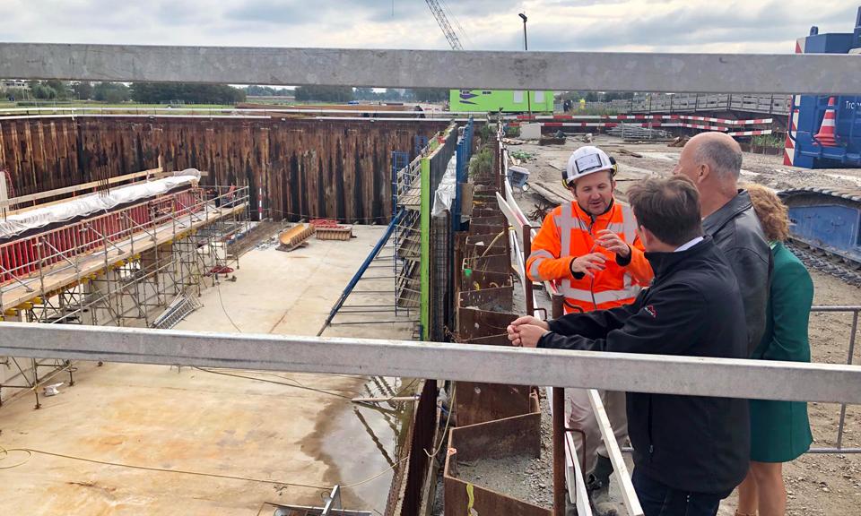 Bewoners krijgen uitleg bij het aquaduct Veenwatering