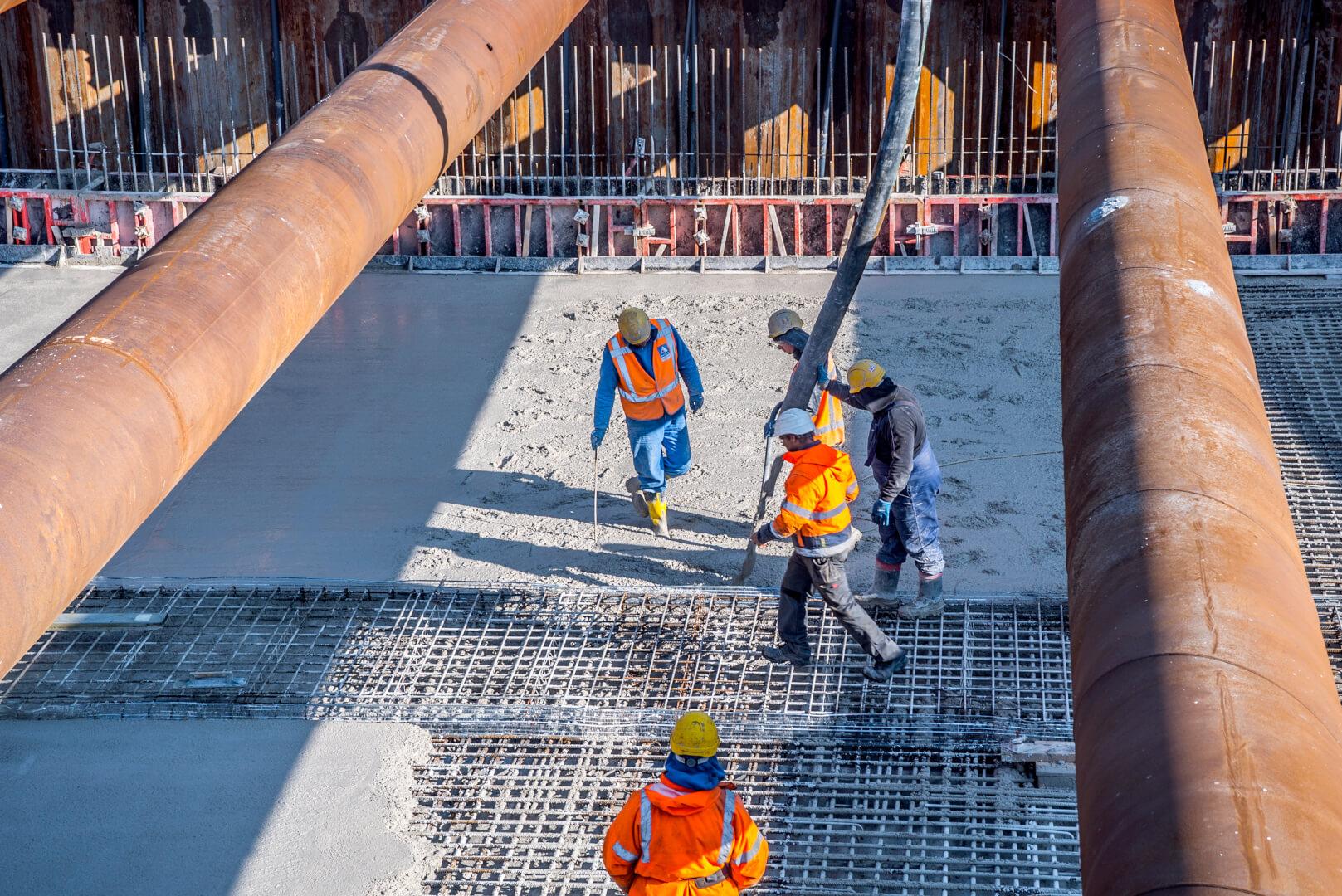 Het beton voor de vloer wordt gestort