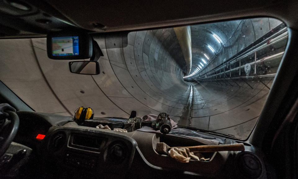 In de auto in de tunnel