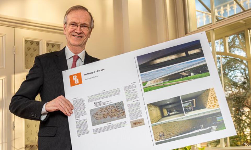 Wethouder Jan Nieuwenhuis met winnende ontwerp Wandkunst onder Torenvlietbrug