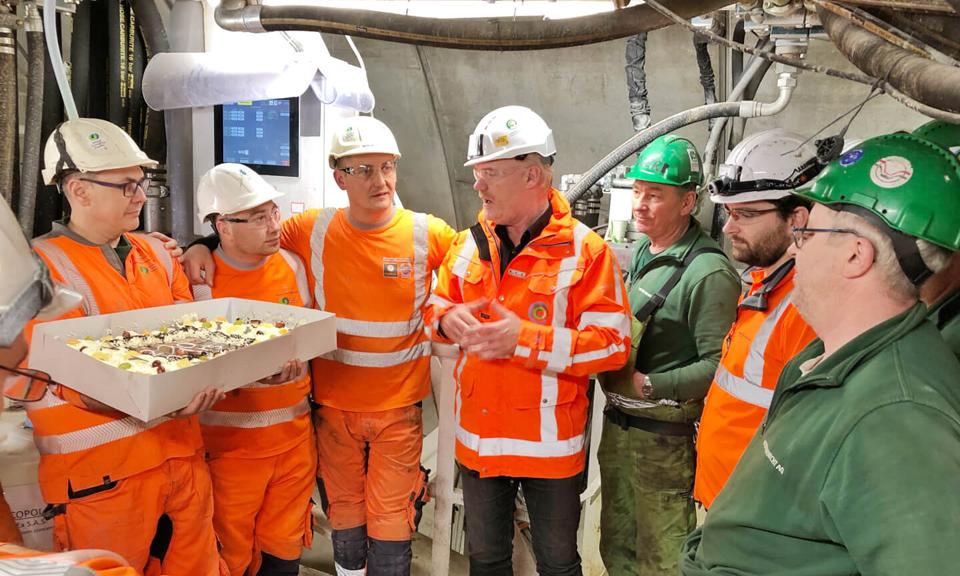 Het tunnelteam met 2km-taart