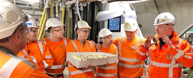 Het tunnelteam met de 2km-taart