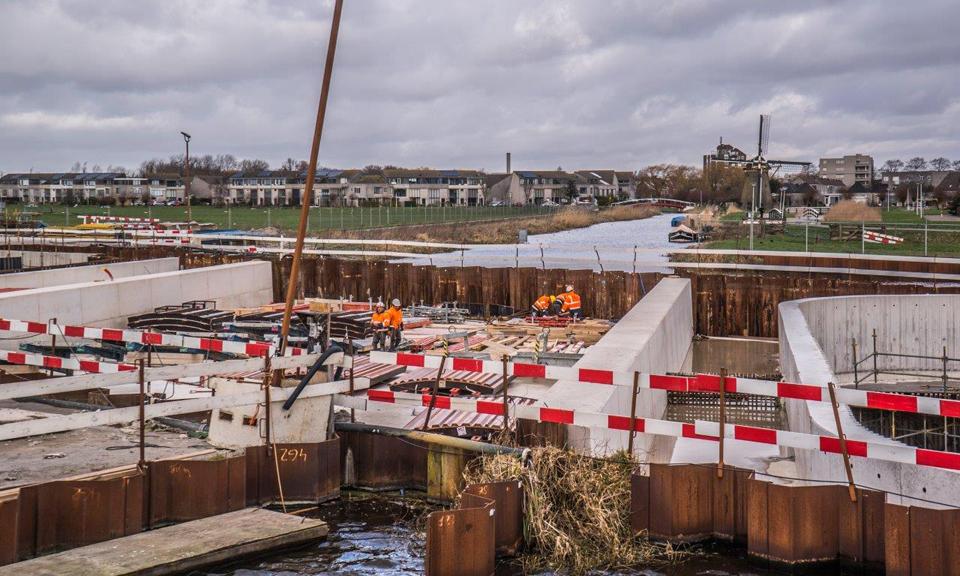 Medewerkers werken aan de afwerking van het aquaduct