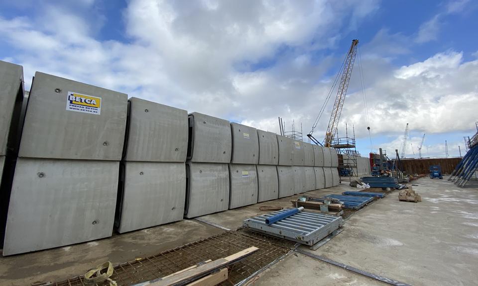 De kabelkokers op het bouwterrein