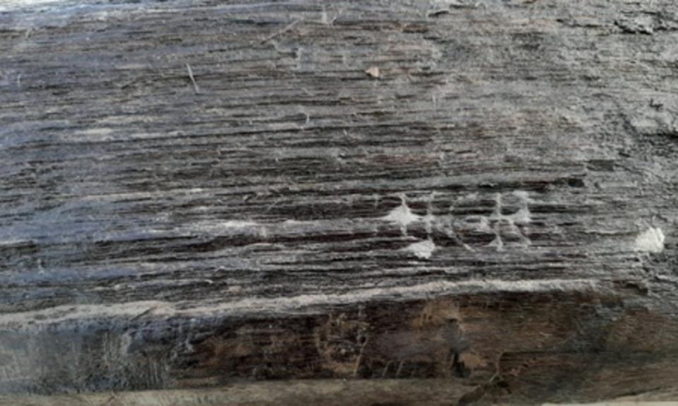 Romeinse inscriptie houten paal