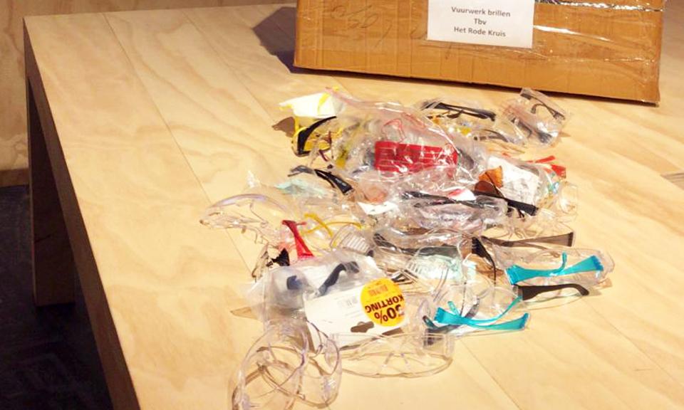 Veiligheids- en vuurwerkbrillen op tafel bij het informatiecentrum
