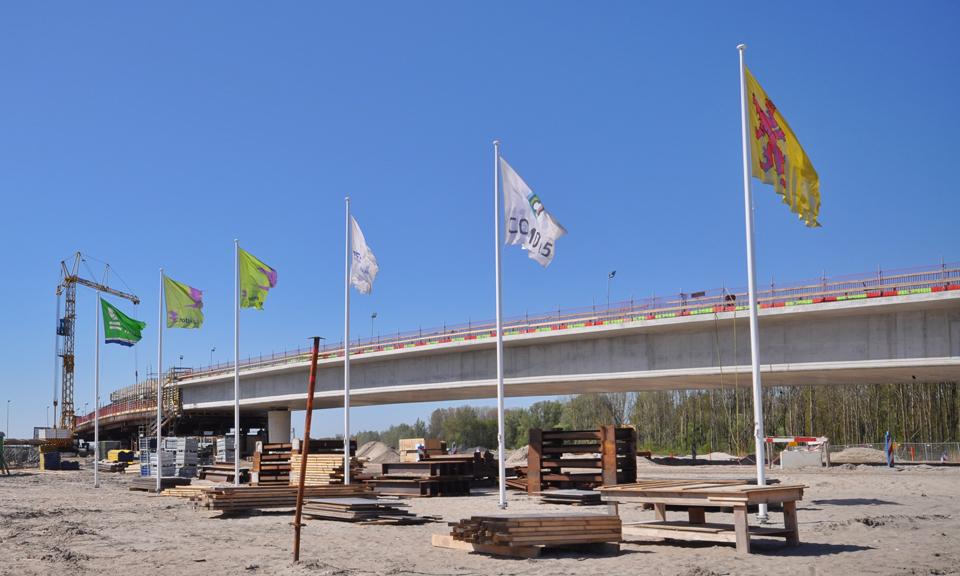 Fly-overs met daarvoor de vlaggen van de aannemers en opdrachtgever