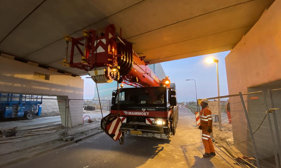 De wagen pas maar net onder het viaduct