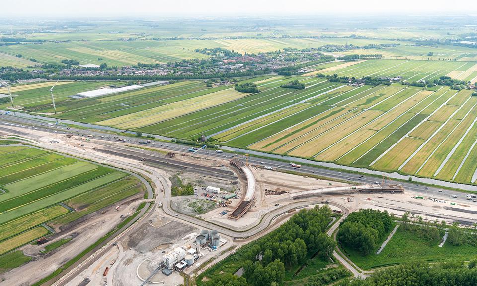 Luchtfoto Knooppunt Hofvliet met in de verte Zoeterwoude