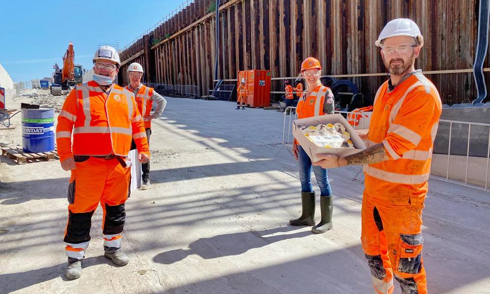 Medewerker tunnelteam met taart in zijn handen