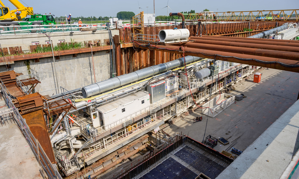 Overzichtsfoto vanaf boven - tunnelboormachine in de startschacht