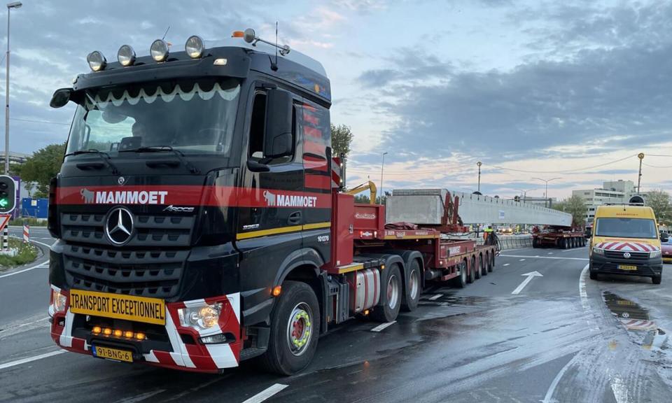 Vrachtwagens met een betonnen ligger