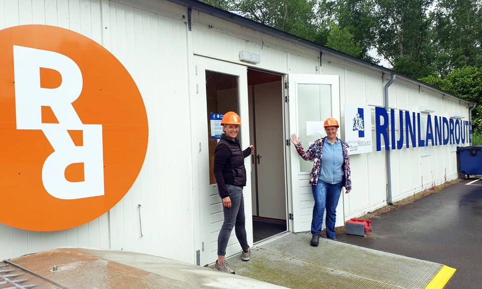 Cynthia en Margit voor de deur bij het infocentrum