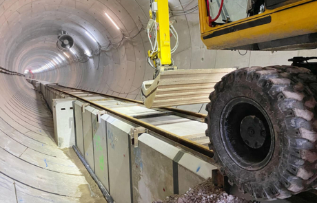 Close-up voorkant spoorwagen op de kabelkokerelementen