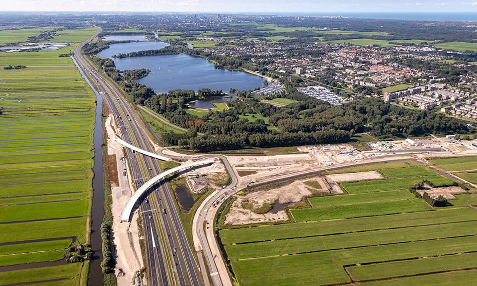 Luchtfoto A4 -en fly-overs knooppunt Hofvliet